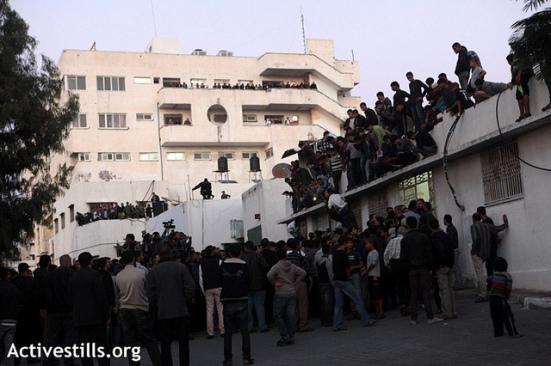 Crowd surrounding the morgue in Al Shifa hospital, Gaza city, November 14, 2012. (Photo: Anne Paq/Activestills)