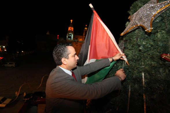 Dec 14 2012 - Bethlehem - The final touches to decorate the Christmas tree in Bethlehem Photo by Ahmed Mazhar - WAFA