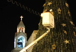 dec-14-2012-bethlehem-the-final-touches-to-decorate-the-christmas-tree-in-bethlehem-photo-by-ahmed-mazhar-wafa-2