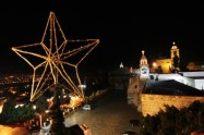 dec-14-2012-bethlehem-the-final-touches-to-decorate-the-christmas-tree-in-bethlehem-photo-by-ahmed-mazhar-wafa-3