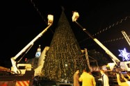 dec-14-2012-bethlehem-the-final-touches-to-decorate-the-christmas-tree-in-bethlehem-photo-by-ahmed-mazhar-wafa-4