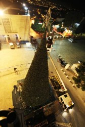 dec-14-2012-bethlehem-the-final-touches-to-decorate-the-christmas-tree-in-bethlehem-photo-by-ahmed-mazhar-wafa-5