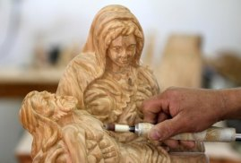 dec-19-2012-carvers-create-religious-figures-in-olive-wood-for-christmas-e28093-bethlehem-photo-by-ahmed-mazhar-14_28_18_19_12_20123