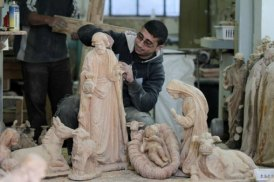 dec-19-2012-carvers-create-religious-figures-in-olive-wood-for-christmas-e28093-bethlehem-photo-by-ahmed-mazhar-14_28_18_19_12_20125