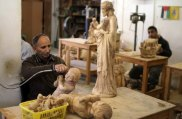 dec-19-2012-carvers-create-religious-figures-in-olive-wood-for-christmas-e28093-bethlehem-photo-by-ahmed-mazhar-34_33_18_19_12_20121