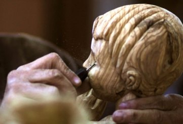 dec-19-2012-carvers-create-religious-figures-in-olive-wood-for-christmas-e28093-bethlehem-photo-by-ahmed-mazhar-34_33_18_19_12_20122