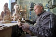 dec-19-2012-carvers-create-religious-figures-in-olive-wood-for-christmas-e28093-bethlehem-photo-by-ahmed-mazhar-34_33_18_19_12_20123