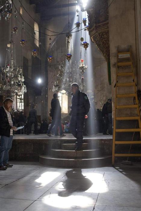 Bethlehem (-), 23/12/2012.- A Palestinian policeman walks through a shaft of light inside the Church of the Nativity, where Christians believe the Virgin Mary gave birth to Jesus Christ, in the West Bank town of Bethlehem, 23 December 2012. The church is one of the oldest in the world, and pilgrims, tourists and Christian faithful are flocking to the town where Jesus was born in the lead up to the Christmas festivities. EFE/EPA/JIM HOLLANDER
