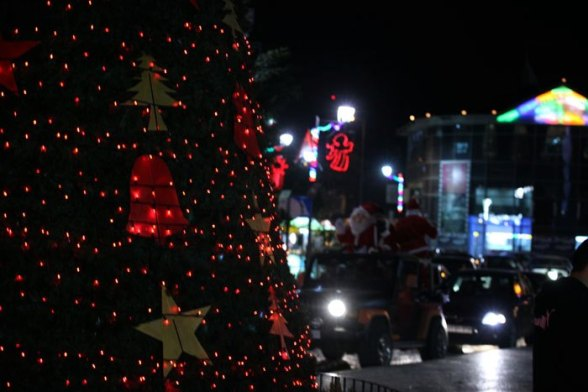 A Palestinian dressed as Santa Claus rides a cart pulled by a donkey in the West Bank city of Ramallah ahead of Christmas December 23, 2012. REUTERS/Mohamad Torokman