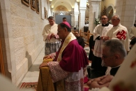 dec-24-2012-bethlehem-patriarch-fouad-twal-at-mass-at-the-church-of-the-nativity-photo-by-eyad-jadallah-3