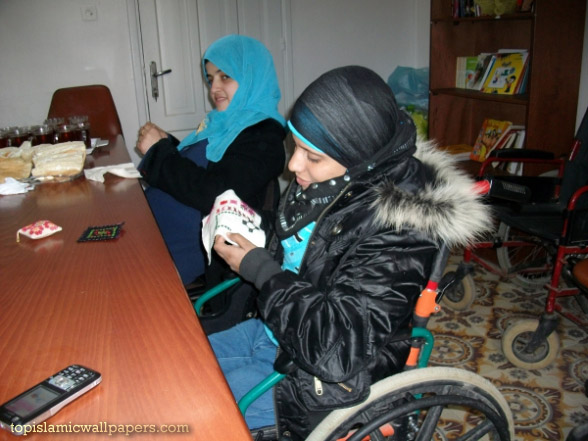 2012-01-gaza-disabled-women-embroidering-niveen-el-saleh