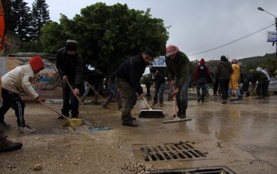 jan-9-2013-volunteers-clean-the-streets-in-tulkarem-photo-by-wafa-1