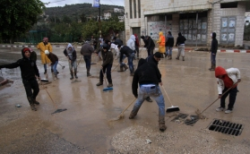 jan-9-2013-volunteers-clean-the-streets-in-tulkarem-photo-by-wafa-2