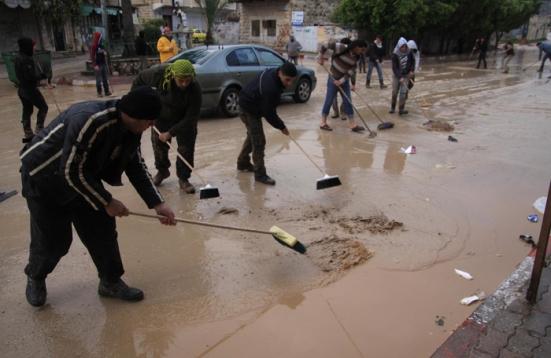 jan-9-2013-volunteers-clean-the-streets-in-tulkarem-photo-by-wafa-3