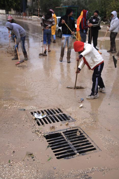 jan-9-2013-volunteers-clean-the-streets-in-tulkarem-photo-by-wafa-4