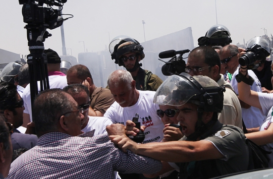 july-17-2013-ramallah-israeli-occupation-forces-suppressed-palestinian-journalists-in-front-of-the-qalandiya-checkpoint-photo-by-wafa-6