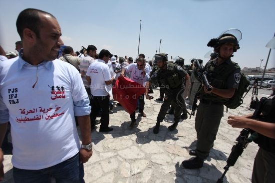 july-17-2013-ramallah-israeli-occupation-forces-suppressed-palestinian-journalists-in-front-of-the-qalandiya-checkpoint_06