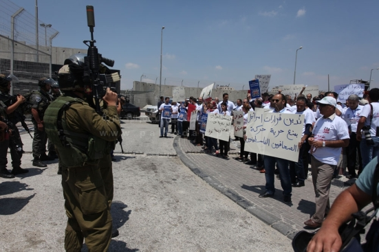 july-17-2013-ramallah-israeli-occupation-forces-suppressed-palestinian-journalists-in-front-of-the-qalandiya-checkpoint_07