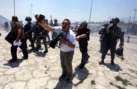 july-17-2013-ramallah-israeli-occupation-forces-suppressed-palestinian-journalists-in-front-of-the-qalandiya-checkpoint_10