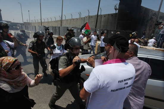 july-17-2013-ramallah-israeli-occupation-forces-suppressed-palestinian-journalists-in-front-of-the-qalandiya-checkpoint_12