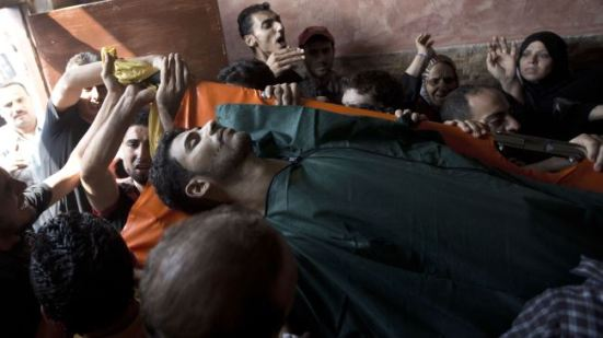 Palestinians carry the body of one of the victims of Israeli attacks on the Gaza Strip, July 31, 2014.