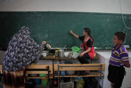 palestinians-taking-refuge-in-UN-school-2014