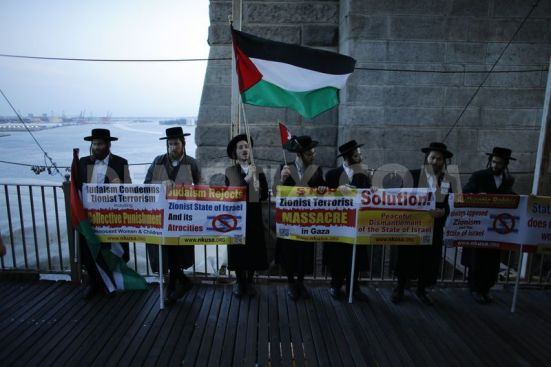 pro-palestinian-protest-on-the-brooklyn-bridge-in-new-york-city_5567876